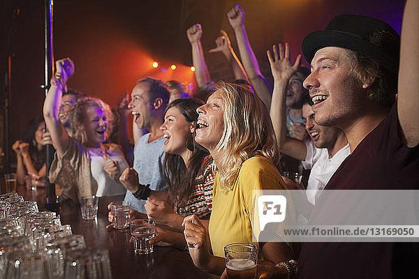 Gruppe von Freunden schaut sich die Aufführung im Club an