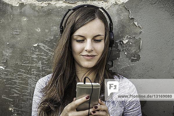 Teenager-Mädchen hört Musik auf Smartphone