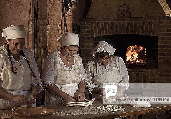 Köche machen frische Pasta in der Küche