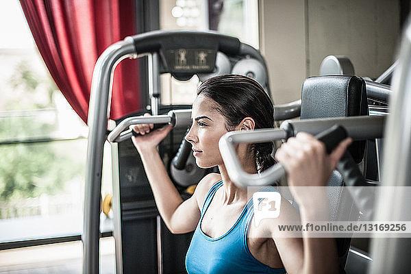 Junge Frau mit Gewichtsausrüstung