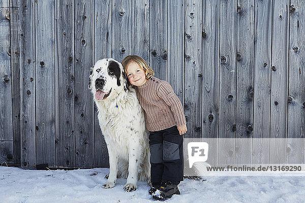 Junge verbindet sich mit seinem Haushund