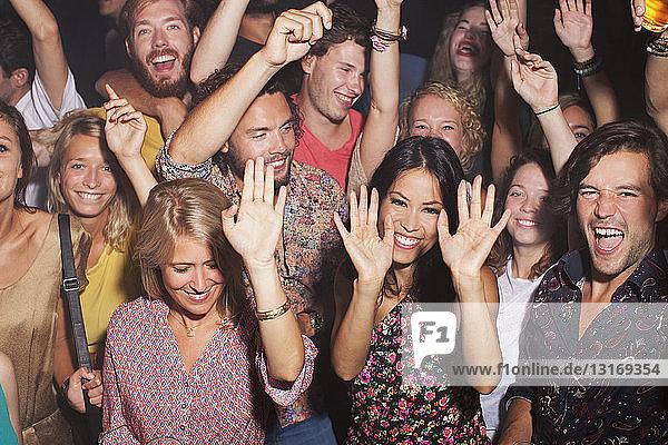 Gruppe von Freunden feiert im Club