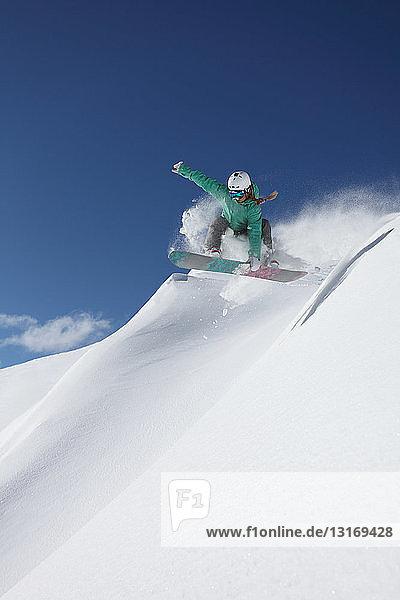 Junge Frau beim Snowboarden am Steilhang  Mayrhofen  Tirol  Österreich