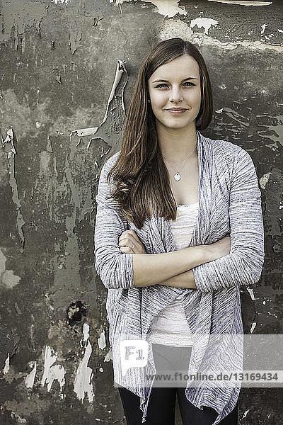 An die Wand gelehntes jugendliches Mädchen
