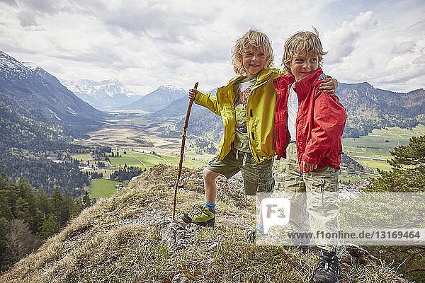 Porträt von zwei Jungen  stehend auf einem Hügel  Garmisch-Partenkirchen  Bayern  Deutschland