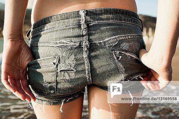 Nahaufnahme von Frauen-Shorts am Strand
