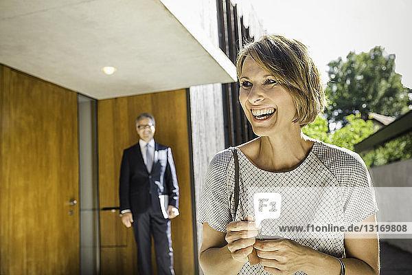 Reife Frau mit Schlüsseln für neues Haus