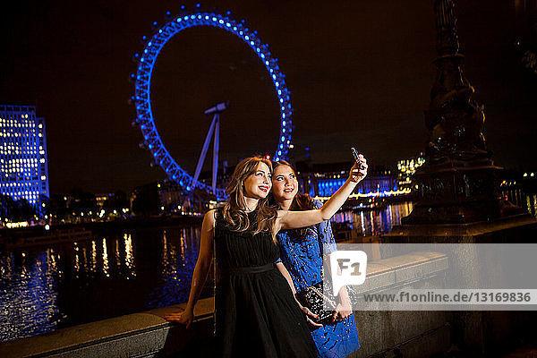 Zwei junge Freundinnen beim nächtlichen Selbstporträt  London  UK