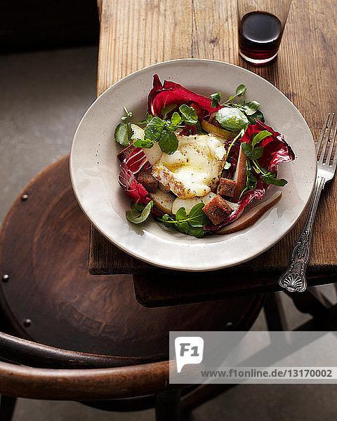 Schale mit Walnussbirnensalat