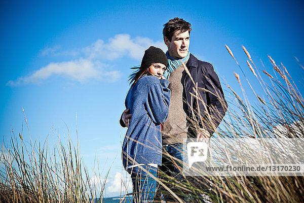 Auf Sanddünen stehendes Ehepaar  Bournemouth  Dorset  UK