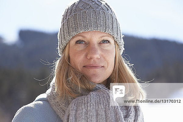 Frau genießt Sonne und Schnee