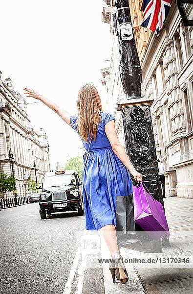 Junge Frau fährt in London Taxi