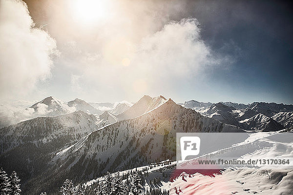 Berge in verschneiter Landschaft
