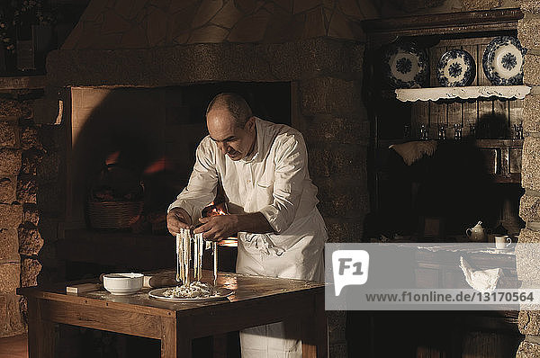 Koch beim Umgang mit Nudelteig in der Küche