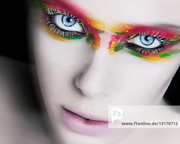 Frau mit dramatischem Augen-Make-up