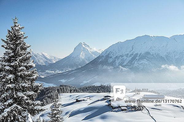 Skihütte in verschneiter Landschaft