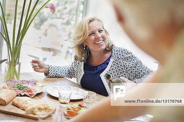 Zwei Frauen beim gemeinsamen Mittagessen zu Hause