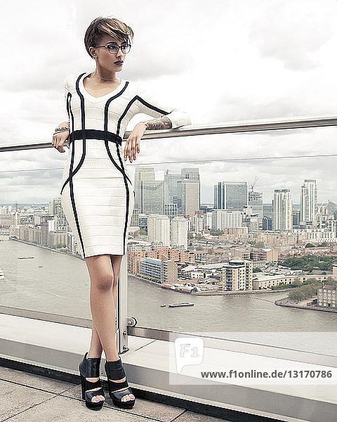 Porträt einer jungen Frau auf dem Balkon  London  UK
