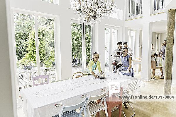 Mädchen- und Erwachsenenspeisezimmertisch für Geburtstagsfeier