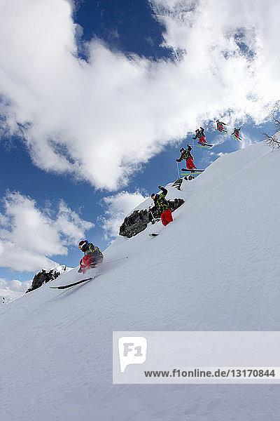 Mehrfachexposition eines mittel-erwachsenen männlichen Skifahrers  Mayrhofen  Tirol  Österreich