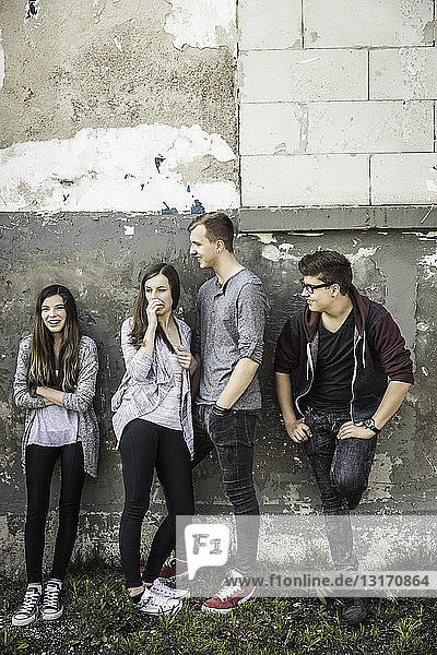 Teenager hängen in verlassenem Gebäude herum