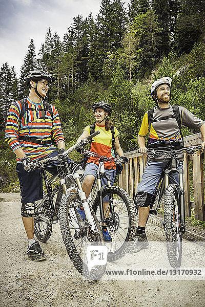 Drei Mountainbiker machen eine Pause