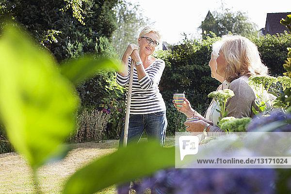 Drei Frauen im Garten  im Gespräch