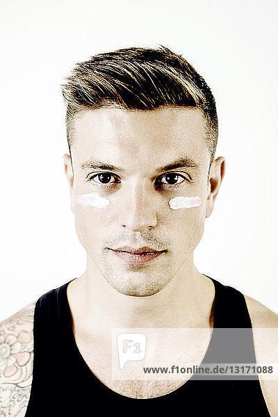 Porträt eines Mannes im mittleren Erwachsenenalter mit Make-up unter den Augen