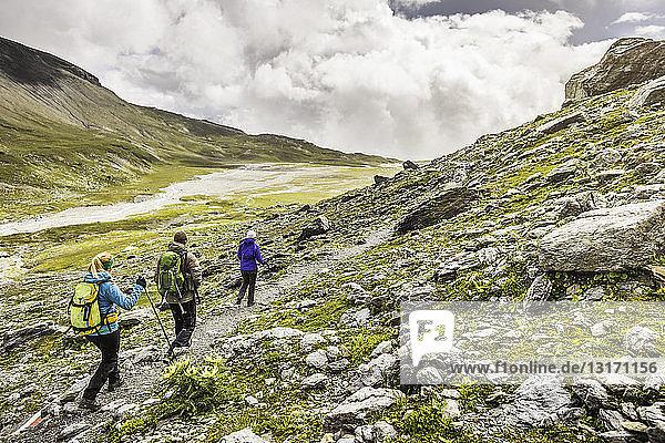 Männliche und weibliche Wanderer am Weg entlang  Fil de Cassons  Segnesboden  Graubünden  Schweiz