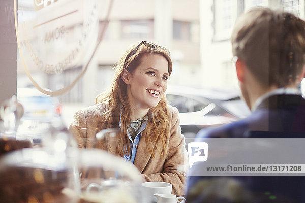 Ehepaar plaudert im Straßencafé  London  UK