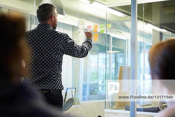 Kreative Geschäftsleute beim Brainstorming im Sitzungssaal