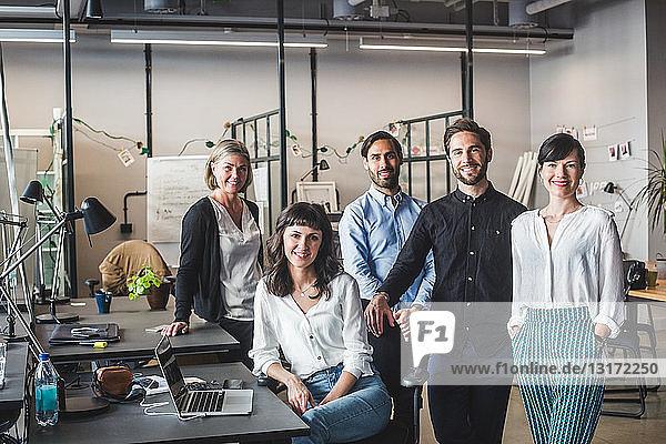 Porträt selbstbewusster kreativer Geschäftsleute am Schreibtisch im Büro