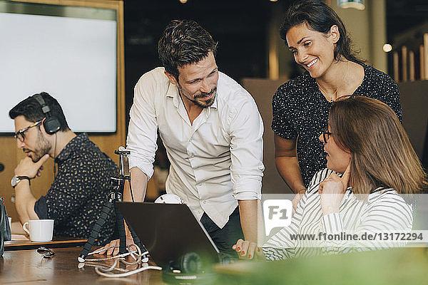 Multi-ethnische Geschäftsleute diskutieren am Tisch im Kreativbüro