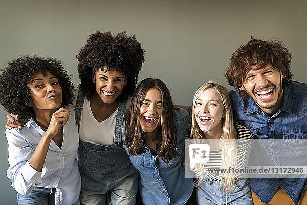 Gruppenbild von fröhlichen Freunden