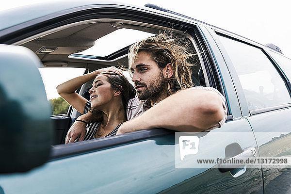 Glückliches junges Paar in einem Auto