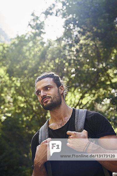 Spanien  Kanarische Inseln  La Palma  Wanderer mit Rucksack in einem Wald