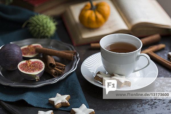 Tasse Tee und Zimtsterne