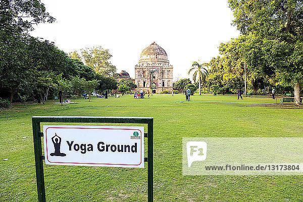 Indien  Delhi  Neu Delhi  Lodi Gärten  Wiese für Yoga