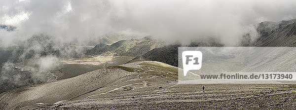 Russland  Kaukasus  Bergsteiger beim Wandern im oberen Baksan-Tal