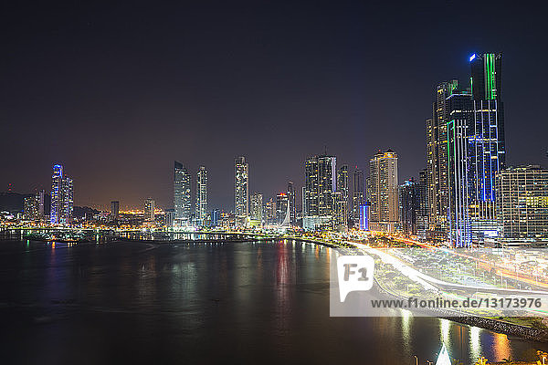 Panama  Panama City  Skyline bei Nacht