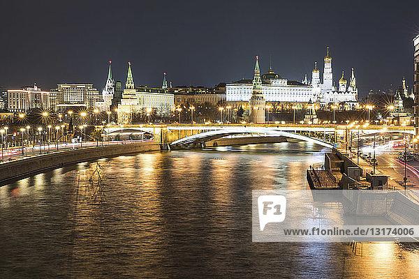 Russland  Moskau  Panoramablick auf die Moskwa und den Kreml bei Nacht