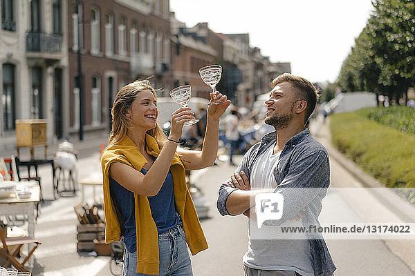 Belgien  Tongeren  glückliches junges Paar mit Brille auf einem Antiquitäten-Flohmarkt Belgien, Tongeren, glückliches junges Paar mit Brille auf einem Antiquitäten-Flohmarkt