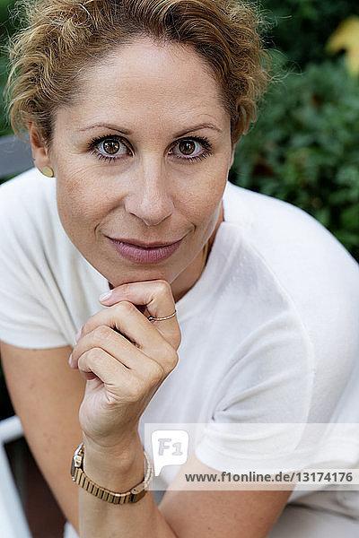 Bildnis einer lächelnden Frau mit braunen Augen