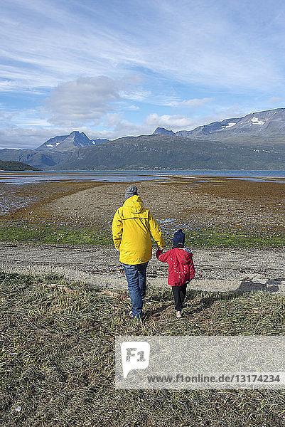 Norwegen  Mutter und Tochter auf dem Weg zum Lyngenfjord