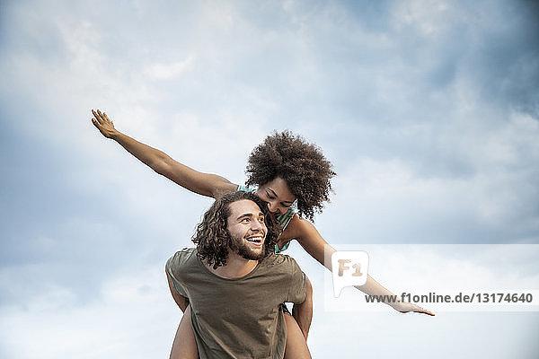 Glückliches sorgenfreies Paar im Freien