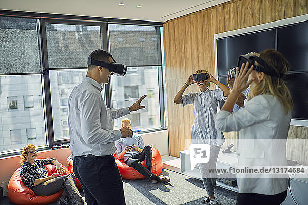 Kollegen mit VR-Brillen im Büro