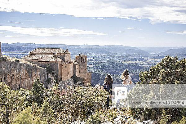 Spanien  Alquezar  Rückansicht von zwei jungen Frauen auf einer Wanderung