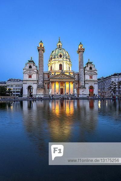 Österreich  Wien  Karlskirche  blaue Stunde