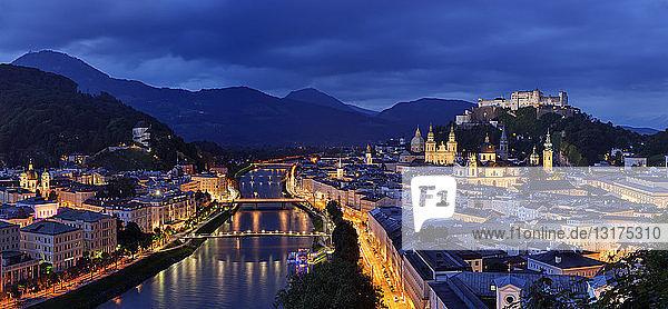 Österreich,  Salzburg,  Monchsberg mit der Festung Hohensalzburg in der Abenddämmerung