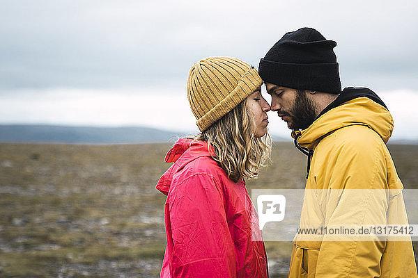 Junges Paar reibt sich liebevoll an der Nase  Lappland  Norwegen